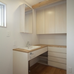 空気集熱ソーラーのある二世帯住宅 (洗面スペース)