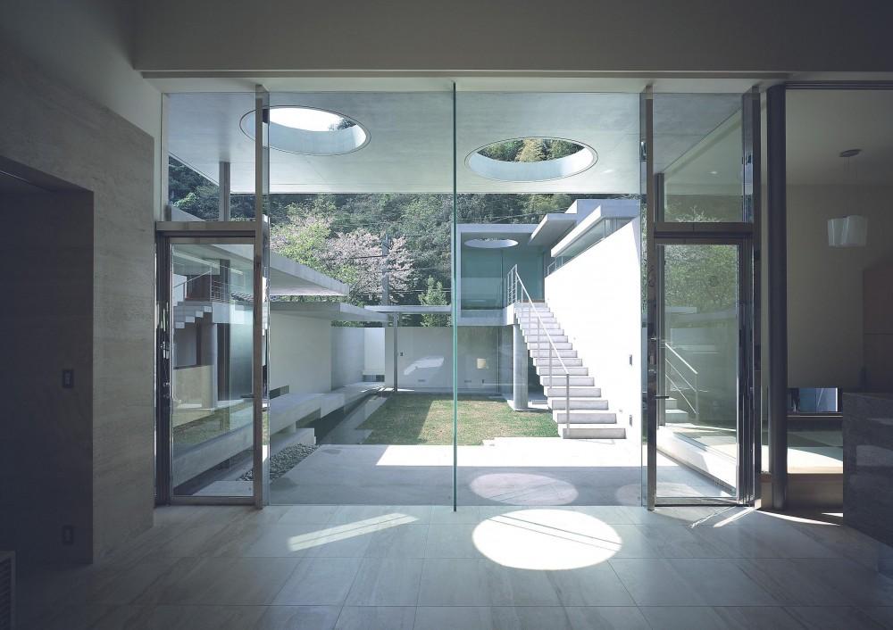 長田町の住宅 (リビングより中庭を見る)