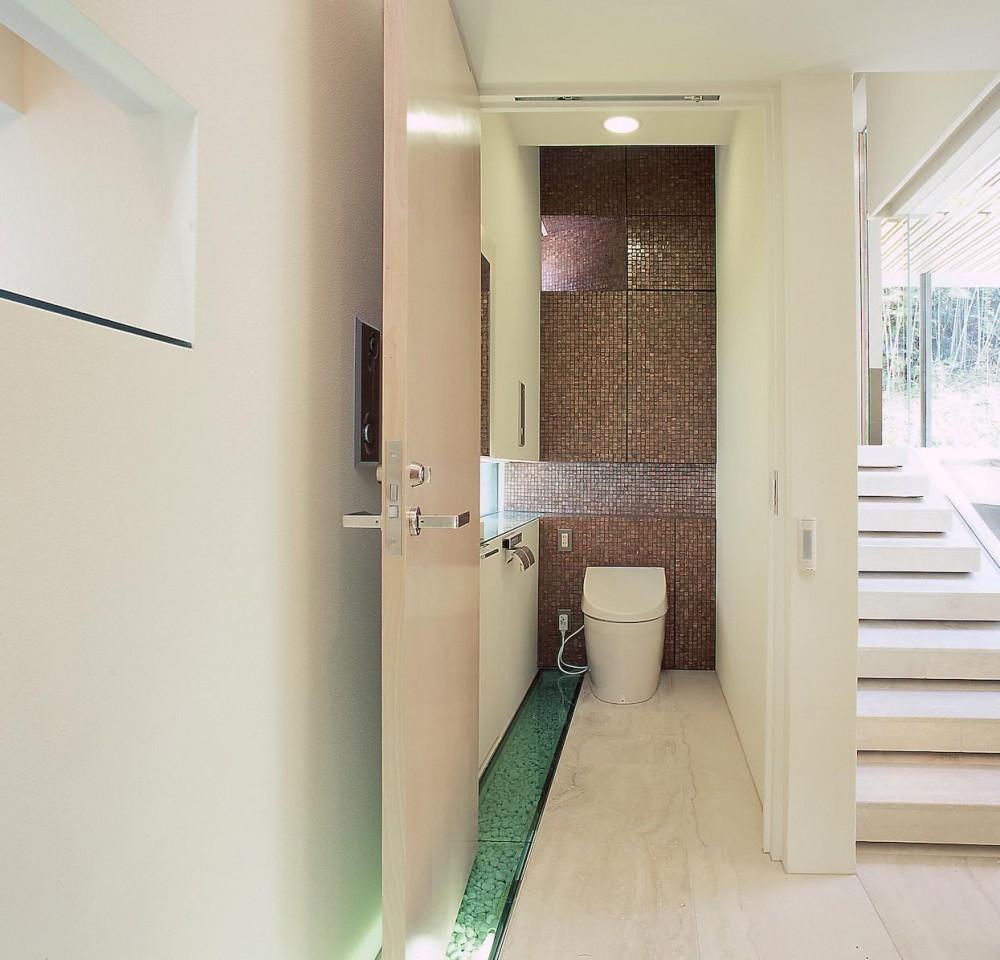 長田町の住宅 (廊下よりトイレ方向を見る)