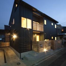 空気集熱ソーラーのある二世帯住宅 (夕方の風景)