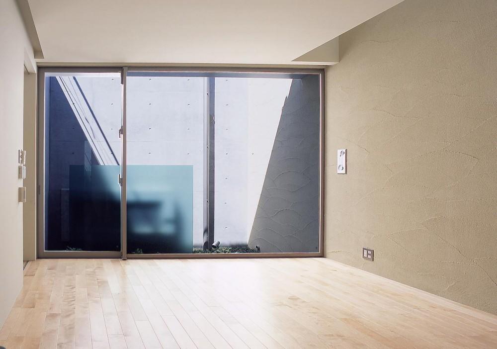 長田町の住宅 (寝室から坪庭方向を見る)