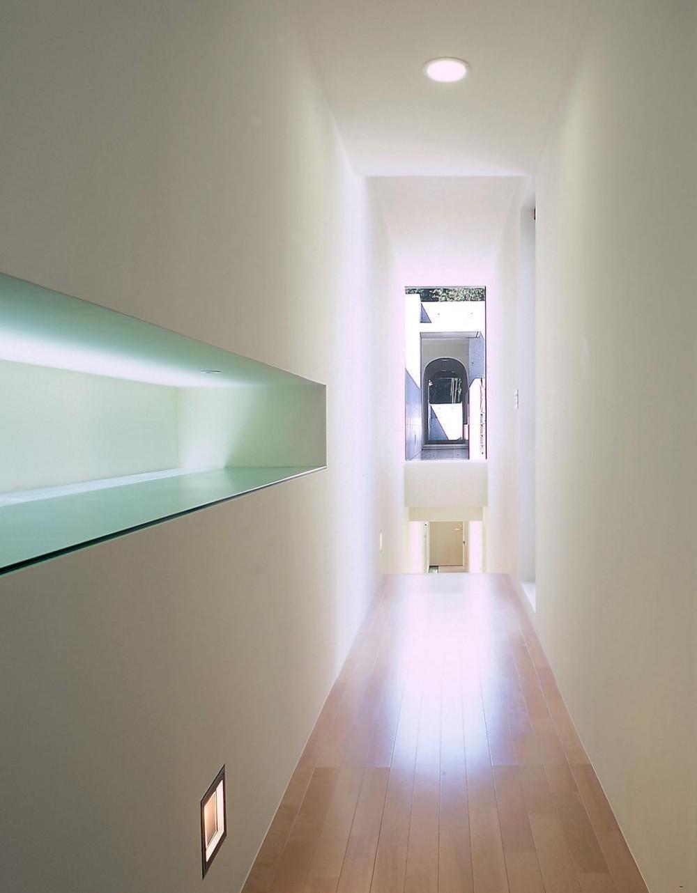 長田町の住宅 (2階廊下より階段方向を見る)