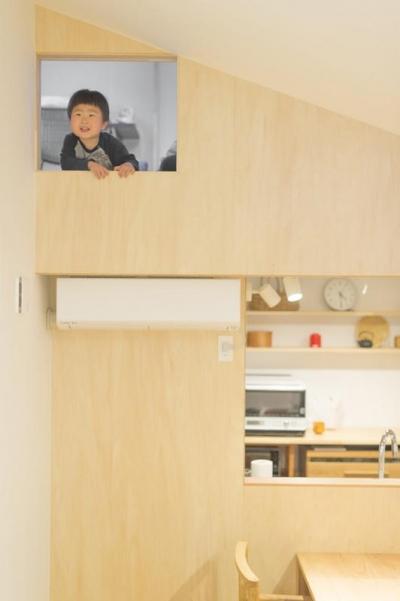 江南の家 (2階小窓からリビングを望む)