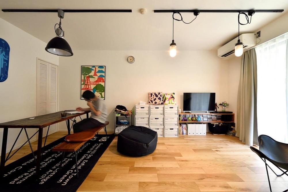 デザイン×子育て。クリエイティブなご夫婦が暮らす本に囲まれたリノベーション住まい (リビングダイニング2)