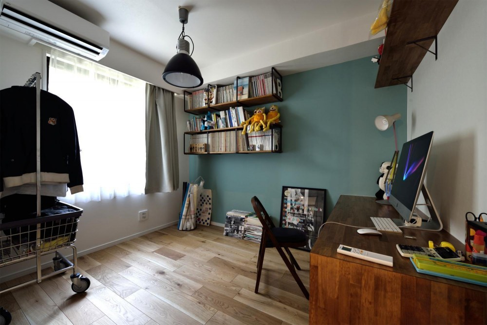 デザイン×子育て。クリエイティブなご夫婦が暮らす本に囲まれたリノベーション住まい (書斎/仕事部屋)