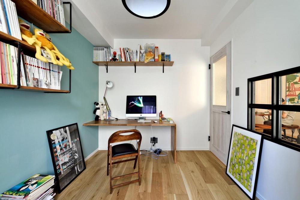 デザイン×子育て。クリエイティブなご夫婦が暮らす本に囲まれたリノベーション住まい (書斎に造作した棚と机)