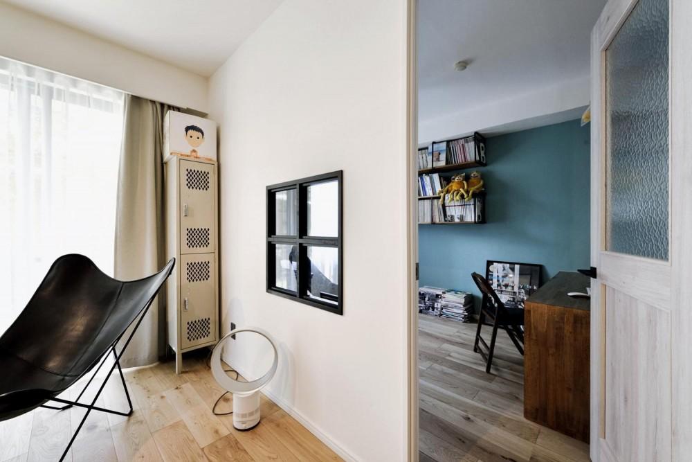 デザイン×子育て。クリエイティブなご夫婦が暮らす本に囲まれたリノベーション住まい (リビングと書斎をつなぐ室内窓)