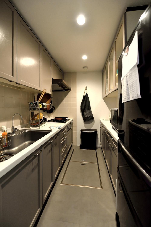 デザイン×子育て。クリエイティブなご夫婦が暮らす本に囲まれたリノベーション住まい (キッチンスペース)
