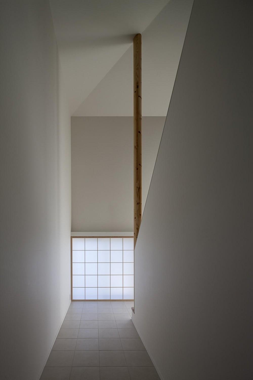 トップライトに浮かび上がる白い家 (障子が出迎える真っ白な陰影の空間)