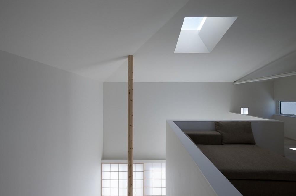 トップライトに浮かび上がる白い家 (トップライトの光の中の階段)
