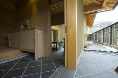 車いすで生活するバリアフリー和風住宅/地の家 (ポーチ)