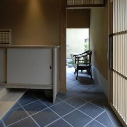 車いすで生活するバリアフリー和風住宅/地の家 (玄関)