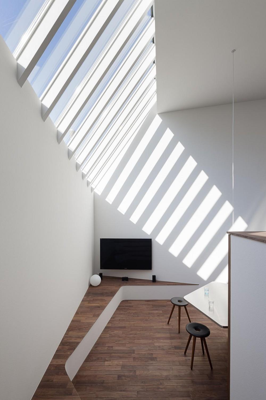 ギャラリーとスモールオフィスが同居した住居 (アトリエから見下ろす、ベンチのあるダイニング)