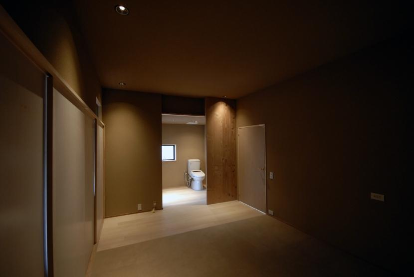 車いすで生活するバリアフリー和風住宅/地の家 (寝室)