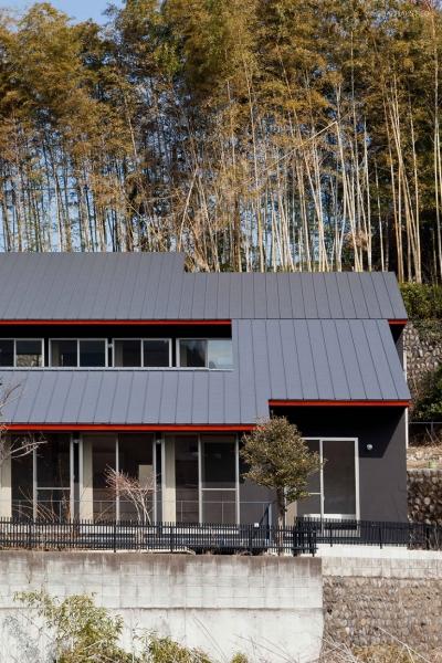 2つの住宅が前後する崖地を利用した二世帯住宅 ((東京都あきる野市)秋川の3段崖地の家/A棟/B棟)