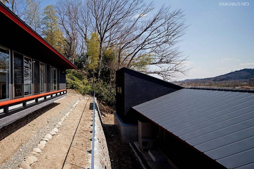 (東京都あきる野市)秋川の3段崖地の家/A棟/B棟 (崖地を利用した二世帯住宅は、遠くから見たら一体感があるように設計しています)