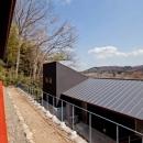 (東京都あきる野市)秋川の3段崖地の家/A棟/B棟の写真 べんがらを塗ったベンチがある家