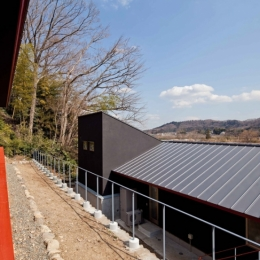 (東京都あきる野市)秋川の3段崖地の家/A棟/B棟 (べんがらを塗ったベンチがある家)