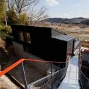 (東京都あきる野市)秋川の3段崖地の家/A棟/B棟の写真 最上部にある道路からのアプローチのブリッジ