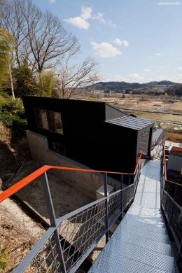 (東京都あきる野市)秋川の3段崖地の家/A棟/B棟 (最上部にある道路からのアプローチのブリッジ)
