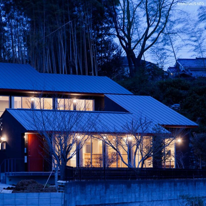 (東京都あきる野市)秋川の3段崖地の家/A棟/B棟 (3段の崖のある敷地に一体的に計画した住宅の夕景)