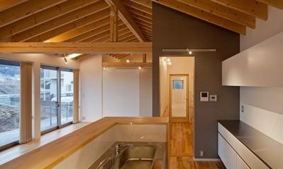 (東京都あきる野市)秋川の3段崖地の家/A棟/B棟 ((A棟)寝室からキッチン系由で洗面所、浴室に一直線で動線をつなげる)