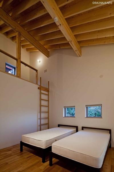 (A棟)ロフトのある寝室 ((東京都あきる野市)秋川の3段崖地の家/A棟/B棟)