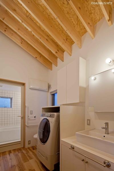 (A棟)パウダースペース.隣接してハーフユニットの浴室 ((東京都あきる野市)秋川の3段崖地の家/A棟/B棟)