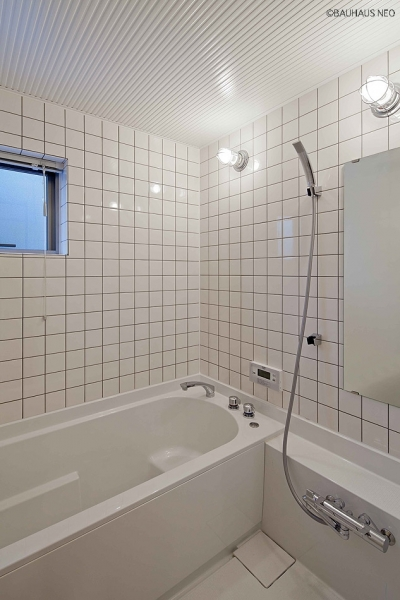 (A棟)ハーフユニットの浴室 ((東京都あきる野市)秋川の3段崖地の家/A棟/B棟)