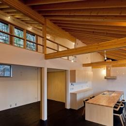 (東京都あきる野市)秋川の3段崖地の家/A棟/B棟 ((B棟)間仕切りは引戸とし解放できるようにした空間)