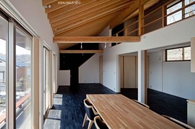 (東京都あきる野市)秋川の3段崖地の家/A棟/B棟 ((B棟)食堂から見たリビング.奥にA棟とをつなぐ勝手口と階段)