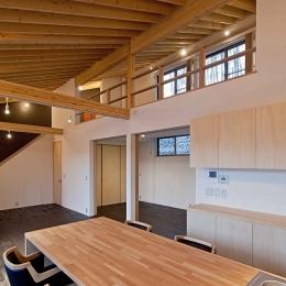 (東京都あきる野市)秋川の3段崖地の家/A棟/B棟 ((B棟)食堂のテーブルとキッチンは一体に計画)