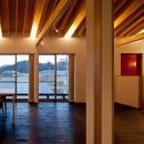 (東京都あきる野市)秋川の3段崖地の家/A棟/B棟の写真 (B棟)リビングから秋川の景色を見る