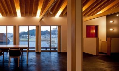 (東京都あきる野市)秋川の3段崖地の家/A棟/B棟 ((B棟)リビングから秋川の景色を見る)