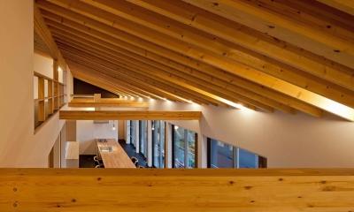 (東京都あきる野市)秋川の3段崖地の家/A棟/B棟 ((B棟)垂木の連続性がモダン感覚の木造空間を生み出す)