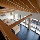 (東京都あきる野市)秋川の3段崖地の家/A棟/B棟の写真 (B棟)2階多目的ルーム(書斎兼ピアノ室)からリビングを見下ろす