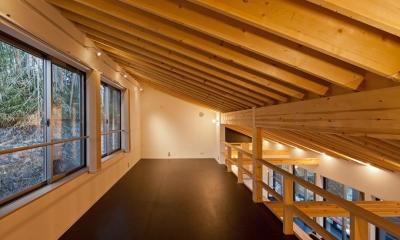 (東京都あきる野市)秋川の3段崖地の家/A棟/B棟 ((B棟)2階多目的ルーム(書斎兼ピアノ室)からリビングを見下ろす)