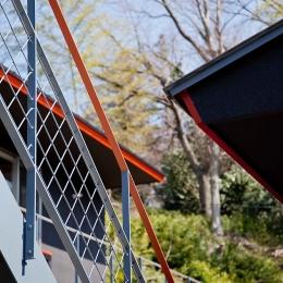 2つの世帯をつなぐ階段 ((東京都あきる野市)秋川の3段崖地の家/A棟/B棟)