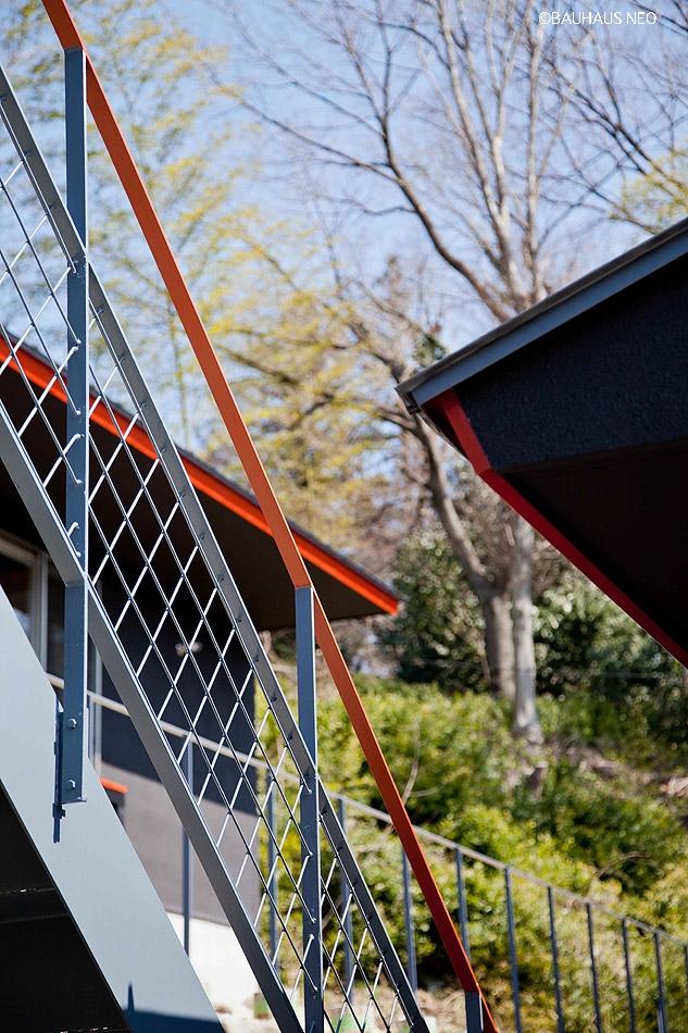 (東京都あきる野市)秋川の3段崖地の家/A棟/B棟 (2つの世帯をつなぐ階段)