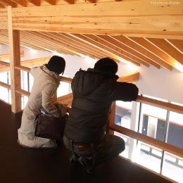 (B棟)2階多目的ルーム(書斎兼ピアノ室)からリビングを見下ろす ((東京都あきる野市)秋川の3段崖地の家/A棟/B棟)