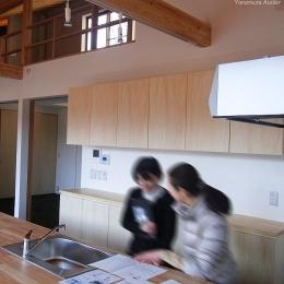 (東京都あきる野市)秋川の3段崖地の家/A棟/B棟 ((B棟)キッチンでのシーン)