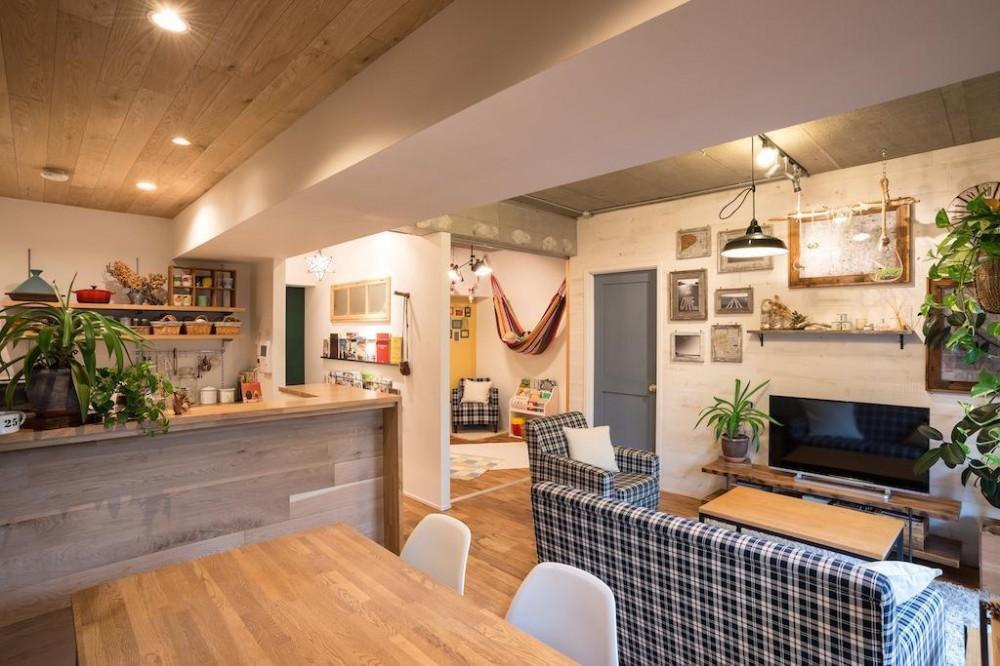 木と緑の溢れる贅沢な住まい (Living Dining Room)