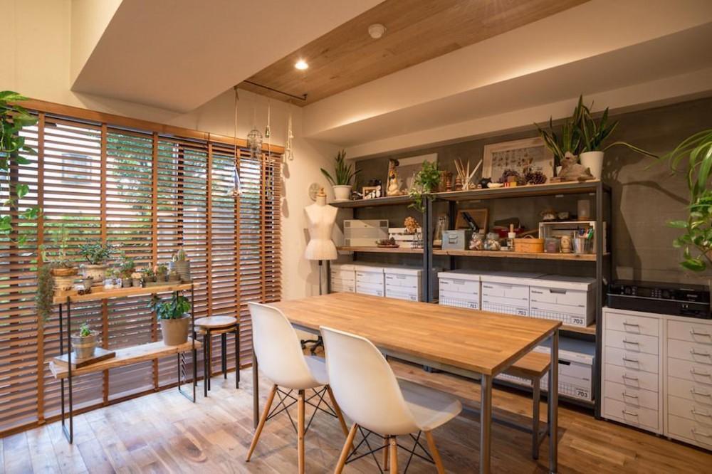 木と緑の溢れる贅沢な住まい (Dining Room)