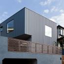 造成された住宅地に建つ外観