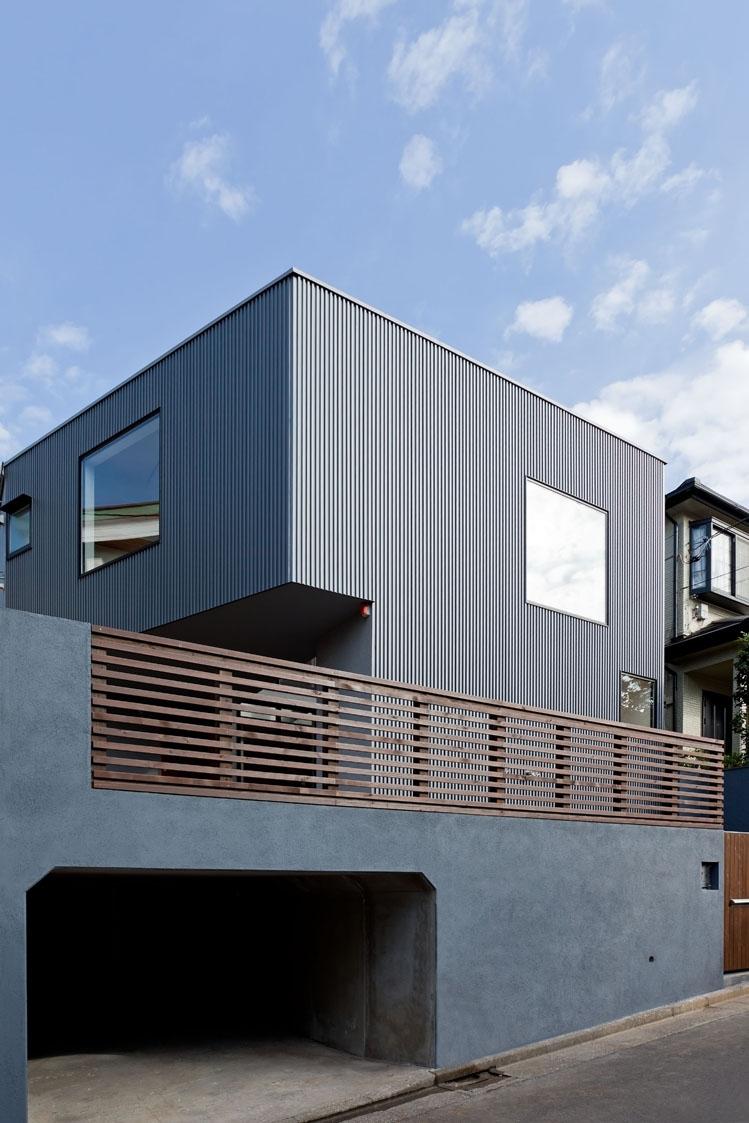 まわる家/愛犬目線でつくる家の部屋 造成された住宅地に建つ外観