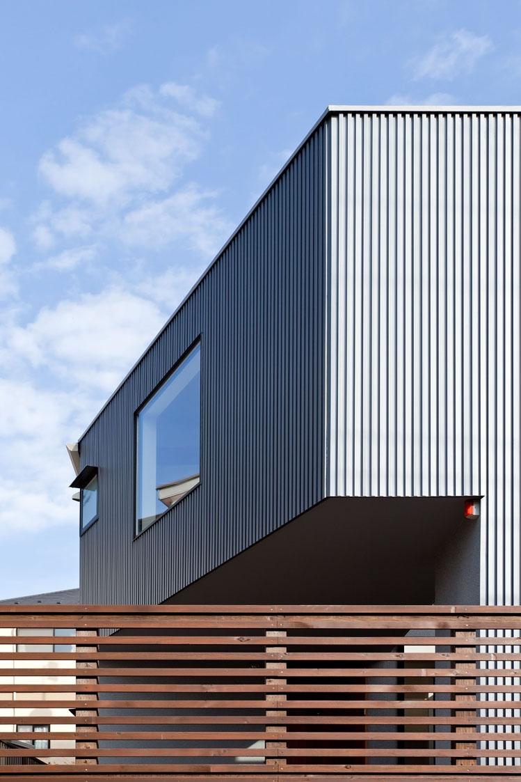 まわる家/愛犬目線でつくる家の部屋 ガルバリウム鋼板の角リブ材を施工した外観近景