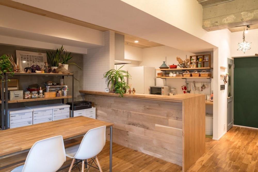 木と緑の溢れる贅沢な住まい (Living Room)