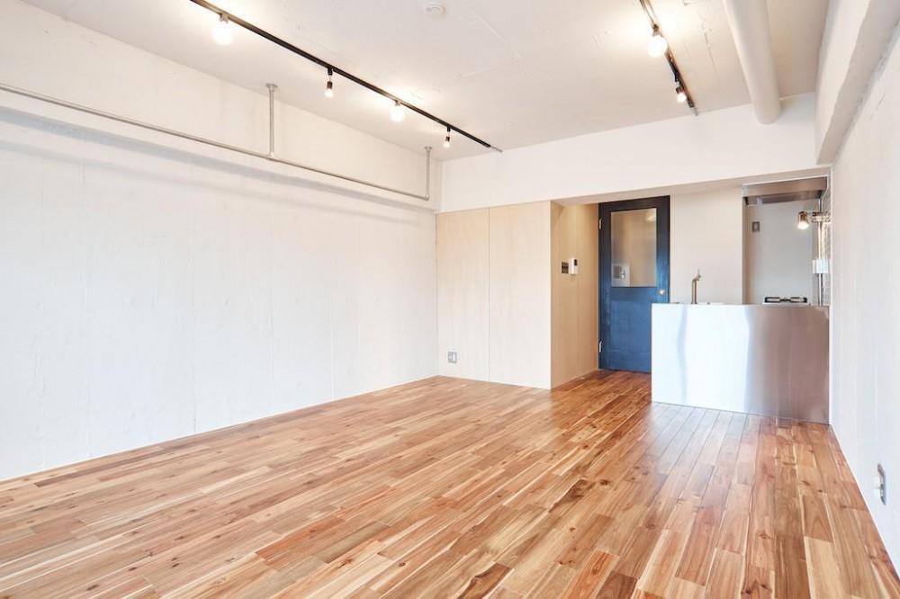 白い壁が印象的なヴィンテージマンション (Living Dining Room)