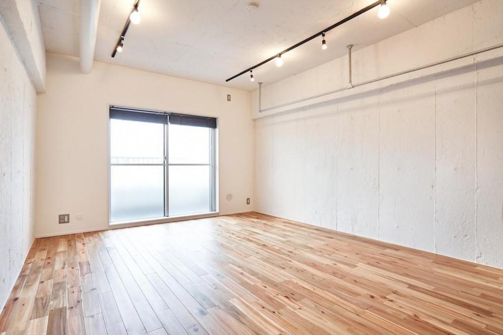 白い壁が印象的なヴィンテージマンション (Living Room)