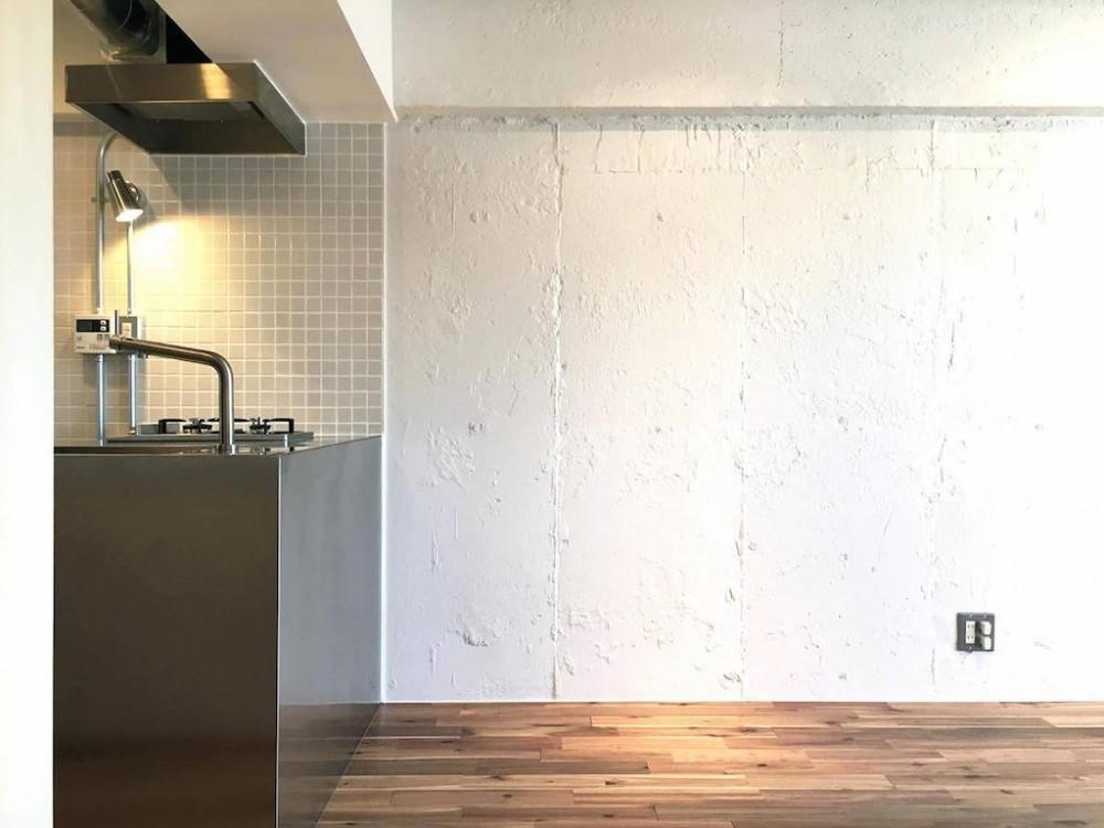 白い壁が印象的なヴィンテージマンション (Wall)